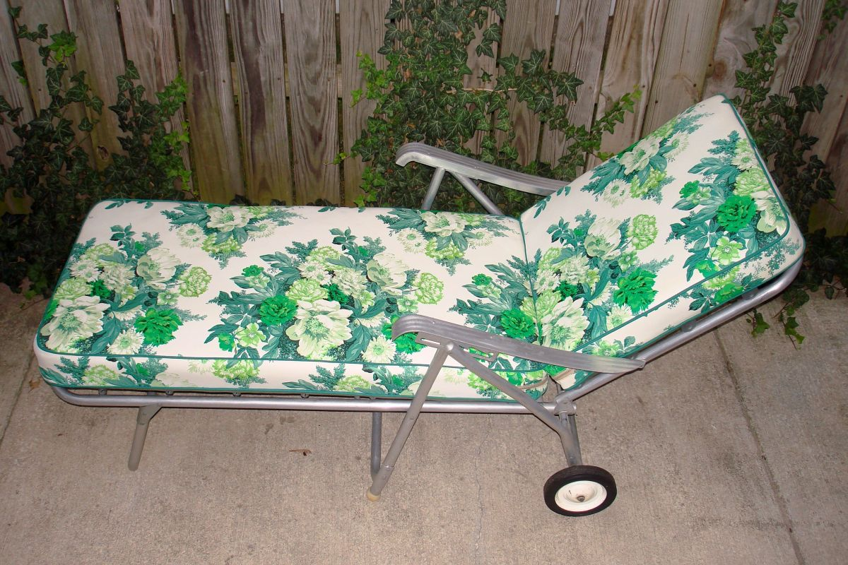 vintage aluminum lawn patio chaise longue floral green. Black Bedroom Furniture Sets. Home Design Ideas